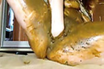 Dildo Ficken und geil mit Scheiße schmieren dabei