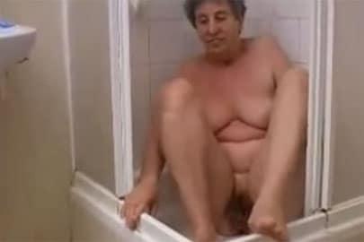 Heimlich gefilmt beim pinkeln wird Granny